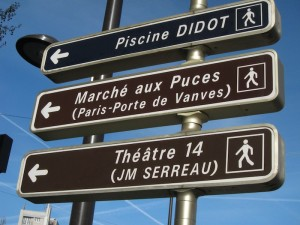 Sign pointing the way to the Marche aux Puces de la Porte de Vanves