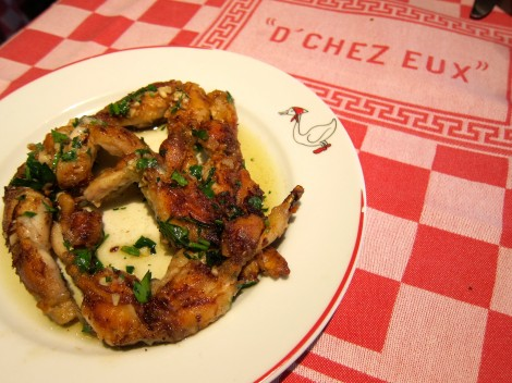 Cuisses de grenouilles fraîches, pointe d'ail (Pan-sautéed fresh frog legs in garlic butter)